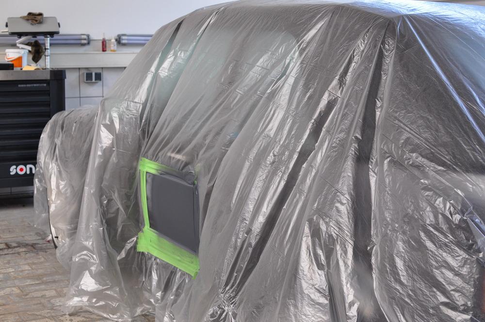 Abgeklebtes Fahrzeug mit lackierter Stelle an Autotür